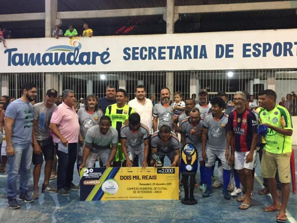 VEREADORES PRESTIGIAM A FINAL DO 2° CAMPEONATO MUNICIPAL DE FUTSAL VETERANO.